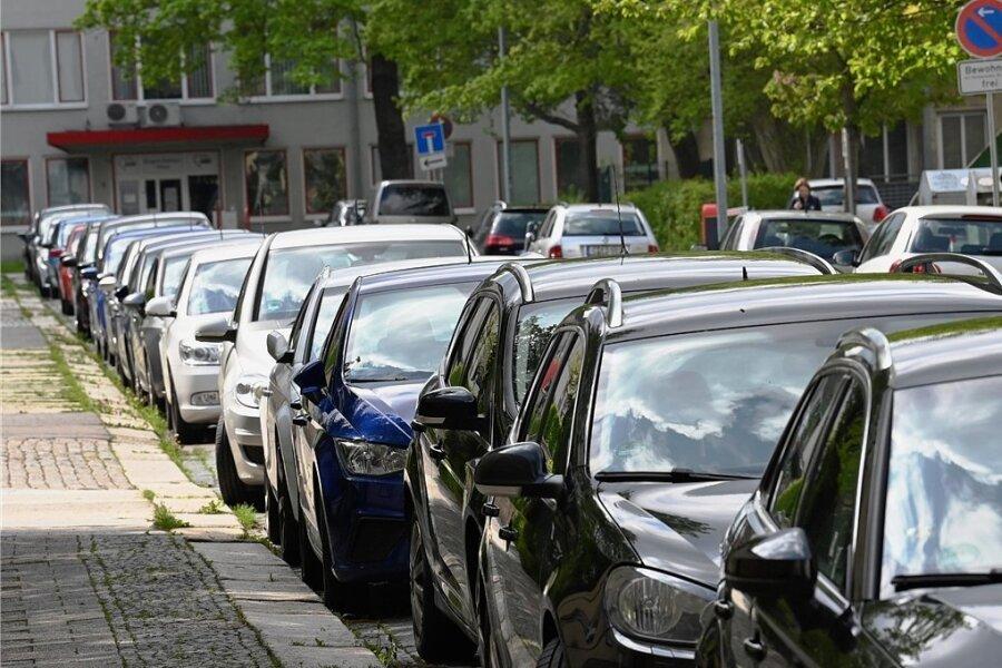 Beidseitig parken auf der Wiesenstraße zwischen Annen- und Clara-Zetkin-Straße Anwohner ihre Autos. Dass nach den Bauarbeiten weniger Stellflächen zur Verfügung stehen sollen, verunsichert sie.