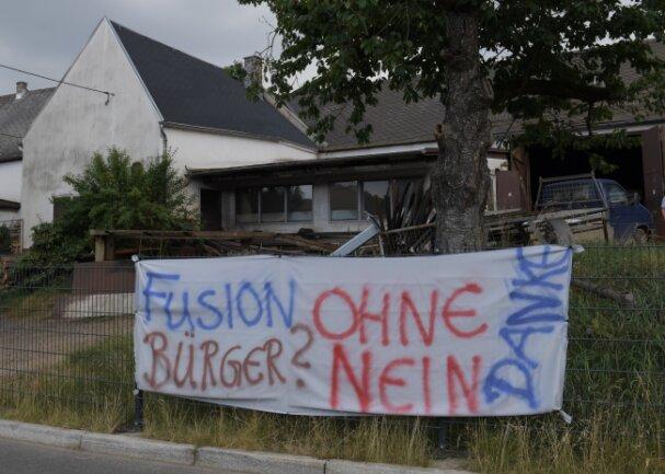 Plakate werben in Wildbach für einen Bürgerentscheid.