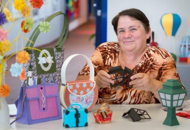 Regina Hauer zeigt erstmals ihre Arbeiten aus Papier. Begonnen hat ihre kreative Leidenschaft mit Taschen, in die sie Geschenke für Freunde verpackte.