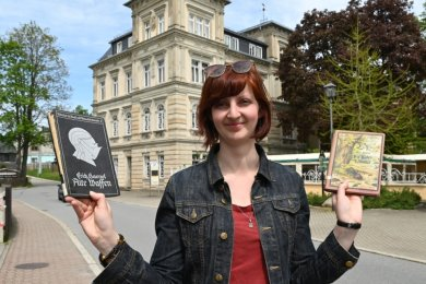 Museumsleiterin Paula Störzer mit Büchern, die in der Schaubibliothek Platz finden sollen.