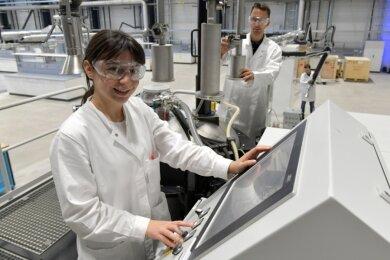 Ekin Temel, Austauschstudentin aus der Türkei, und Gruppenleiter Florian Rau am Vakuuminduktionsofen im neuen Metallurgietechnikum. Hier können Schmelzvorgänge bis zu 2000 Grad Celsius untersucht werden.