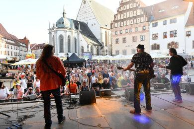 Konzert mit Karussel im vollbesetzten Bierdorf zum Abschluss des 34. Bergstadtfestes.