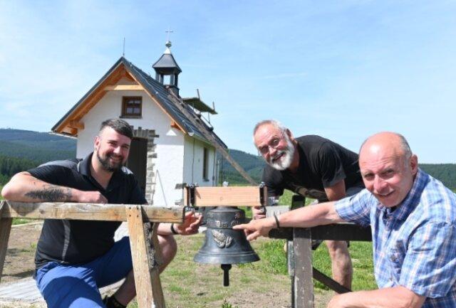 Freuen sich über die Glocke für die Kapelle: Schmied Andreas Reinwarth, Bauherr Gottfried Bergmann und Glockensachverständiger Gerd Schlesinger (von links).