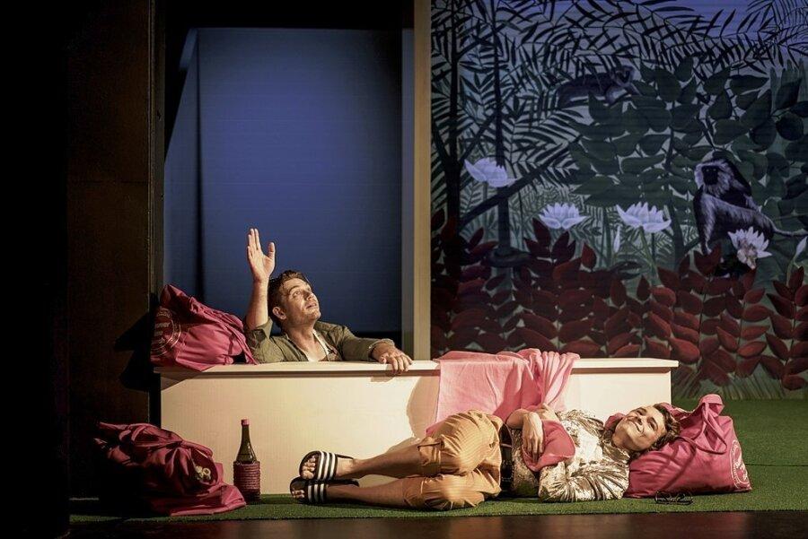 """""""Leonce und Lena"""" am Samstagabend auf der Hauptbühne im Eduard-von-Winterstein-Theater in Annaberg-Buchholz: Zwei der Hauptakteure, die dabei wunderbar miteinander harmonieren sind Bariton Jason-Nandor Tomory als Valerio (links) und Tenor Richard Glöckner als Prinz Leonce."""