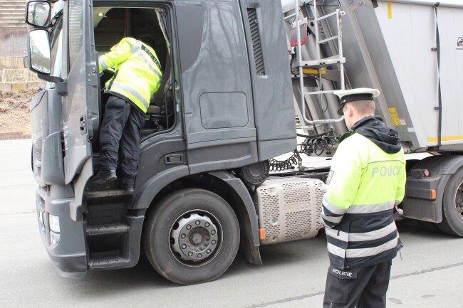 Deutsche und tschechische Polizisten kontrollierten am Donnerstag auf der B 174 und der B 101 den gewerblichen Personen- und Güterverkehr. Ihnen gingen dabei einige Fische ins Netz - am Ende sogar noch ein stark alkoholisierter Autofahrer.