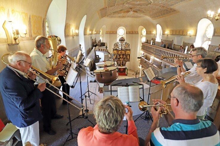 """Der Posaunenchor spielte in der Kirche Oberbobritzsch zum Festgottesdienst aus Anlass """"500 Jahre Nikolausaltar""""."""