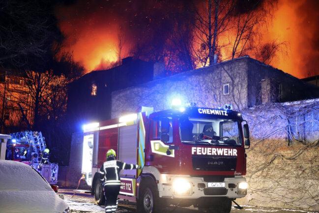 Im Chemnitzer Stadtteil Bernsdorf stand  Dienstagabend ein altes Fabrikgebäude in Flammen.