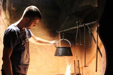 Mitarbeiter Sandro Frenzel kocht in der Rußküche in den Priesterhäusern. Am 26. Oktober wird dort Suppe verkostet.
