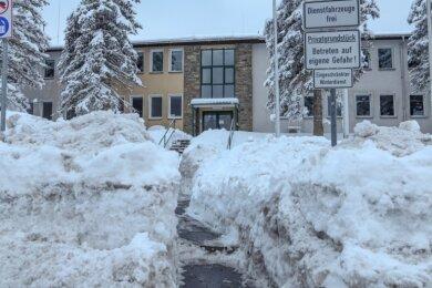Grenzübergang an der B 174 in Reitzenhain: Hier wurde am Samstag die ehemalige Kontrollstelle reaktiviert. Zunächst musste jedoch der Weg ins Verwaltungsgebäude von Schnee befreit werden. Der lag hier gut einen Meter hoch.