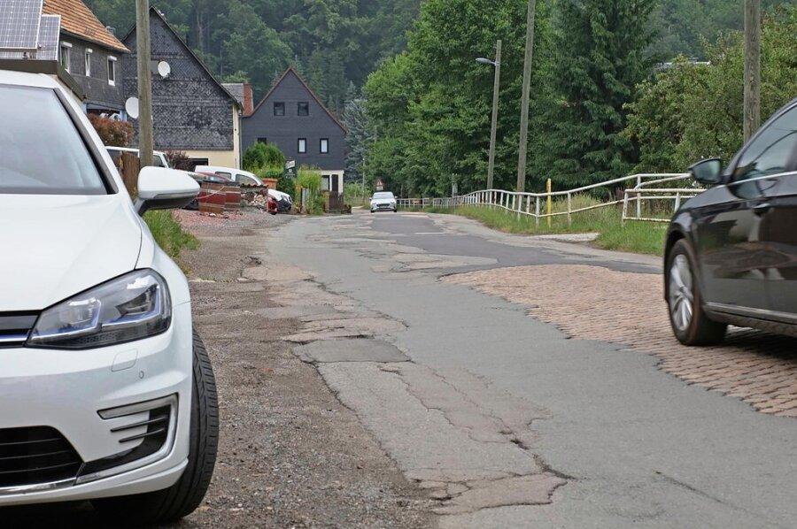 Die Wildenfelser Straße - ein Flickenteppich des Landkreises ähnlich der Neuschönburger Straße.