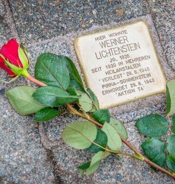Der Stolperstein erinnert an das Schicksal von Werner Lichtenstein aus Flöha.