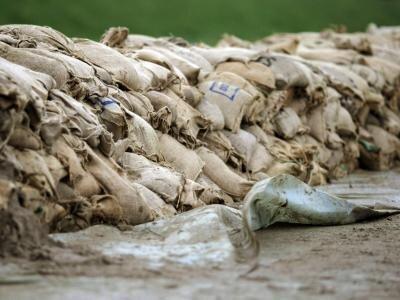 Ein Wall aus Sandsäcken soll im hessischen Biblis den Damm der Weschnitz sichern.
