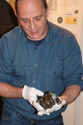 Daniel Jacob zeigt die geschmiedete Handprothese aus dem Jahr 1860.