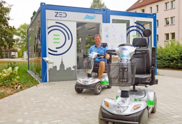 Am Freitag hatte Pierre Werner die E-Scooter vergebens vor die Mobilitätsstation gefahren. Angesichts der dunklen Regenwolken verschoben die Senioren ihre Touren mit den Fahrzeugen lieber.
