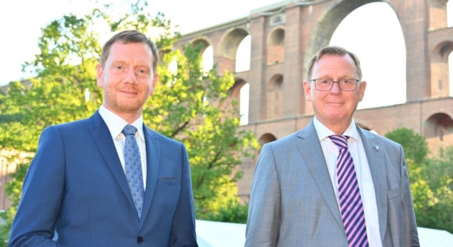 Die Ministerpräsidenten Michael Kretschmer (Sachsen) und Bodo Ramelow (Thüringen) waren am Donnerstagabend gemeinsam an der Göltzschtalbrücke. Das Welterbeprojekt ist nun eine Herzenssache beider Länderchefs.
