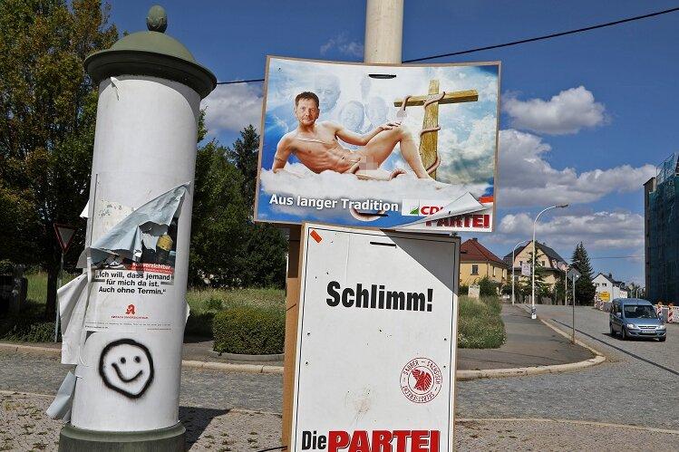 Auch in Glauchau hängen die umstrittenen Wahlplakate der Satirepartei. In Meerane waren sie kurz vor dem Besuch des Ministerpräsidenten abgehängt worden.