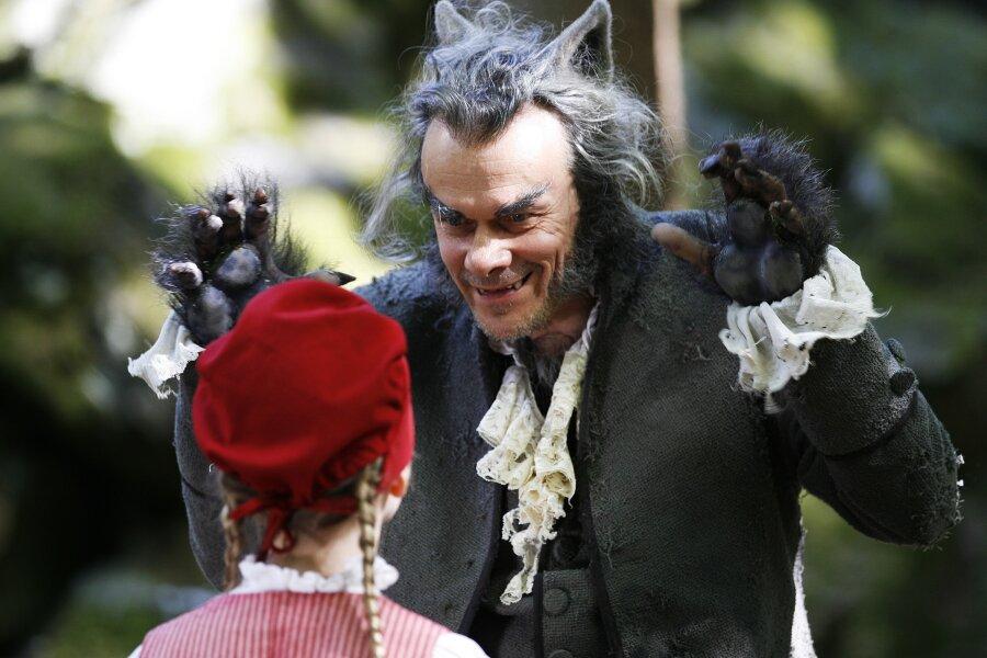 Die Mär vom bösen Wolf hat sich in vielen Köpfen festgesetzt. Der Schauspieler Edgar Selge steht in einer Szene der Märchenverfilmung «Rotkäppchen»