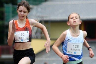 Zum Fünfkampf der Erzgebirgsmeisterschaft gehörte der 800-Meter-Lauf. In der AK 12 wurde Lena Passauer (l.) von der WSG Schwarzenberg-Wildenau Fünfte hinter Johanna Heß vom TTL Ehrenfriedersdorf.