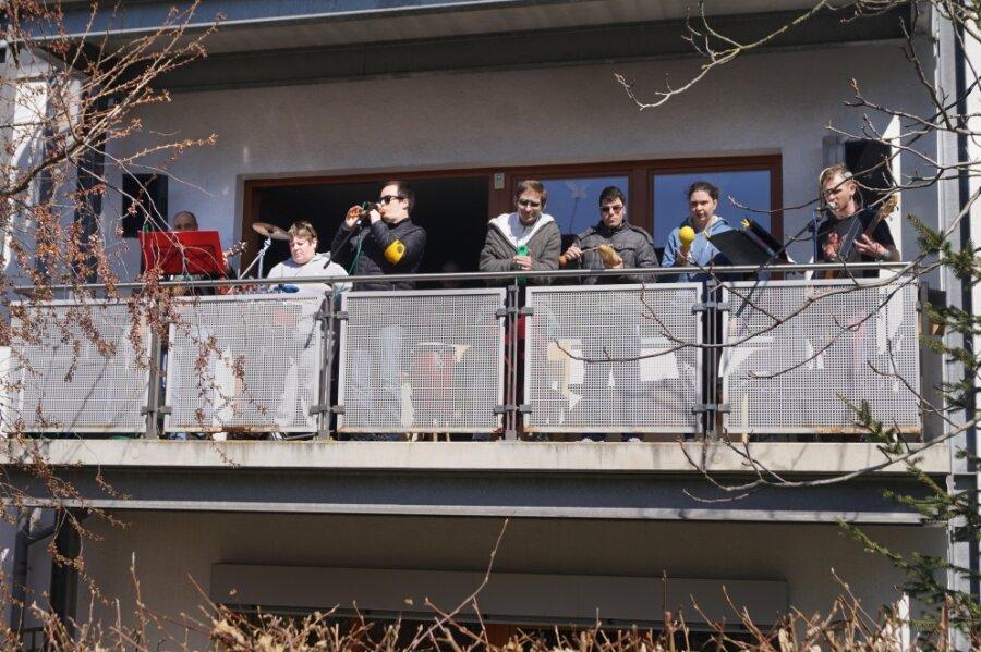 Die Bewohner des Lukashauses in Zwickau-Planitza gaben am Donnerstag ein Balkonkonzert.