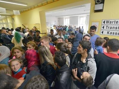 Der Wartegang zur Erstaufnahme in einer Auffangeinrichtung in Trier platzt aus allen Nähten. Eigentlich haben hier nur 844 Flüchtlinge Platz, zur Zeit leben aber 1400 Menschen in der Einrichtung.