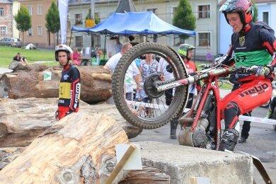Max Schmelzer vom MC Scheibenberg - beobachtet von Bruder Paul - gehörte zu den vielen Startern beim Motorrad-Trial in Bochov.