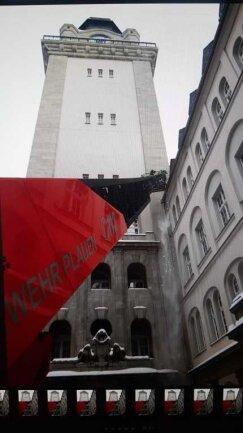 Am Freitagnachmittag begannen Mitglieder der Berufsfeuerwehr, Eiszapfen und Schnee von den Dächern im Rathaus-Turmlichthof zu räumen.