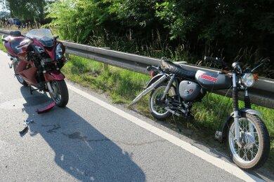 Bei zwei Unfällen mit Motorrädern im Erzgebirgskreis sind am Sonntag drei Menschen zum Teil schwer verletzt worden.