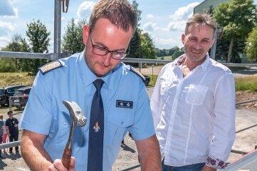 Wehrleiter Thomas Schalling schlug im Beisein von Bürgermeister Martin Wittig (rechts) den symbolischen letzten Nagel in den Dachstuhl.