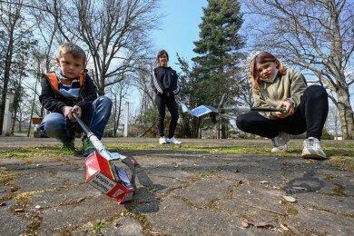 Katja Landgraf ist mit ihren Kindern Joke (links) und Jolene regelmäßig im Burgstädter Park Wettinhain anzutreffen: beim Müll sammeln.