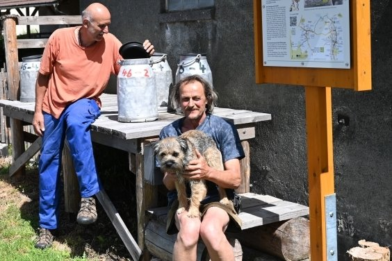 Station 15, die Milchrampe. Harald Strauß (vorn) und Wolfgang Kunz (hinten) haben die Anlage gebaut. Auf solchen Rampen stellten LPG-Bauern früherihre Milchkübel zur Abholung bereit.