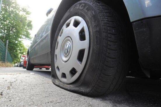 Chemnitz: Serie hält an - Reifenstecher beschädigt weitere zwölf Fahrzeuge
