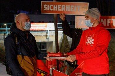 Die IG Metall wartete am Montag auf Mitarbeiter der Frühschicht der Firma Handtmann in Frohnau. Auch für Markus Kirschner gab es von Gewerkschafter Thomas Löser eine Brotdose und Infomaterial.