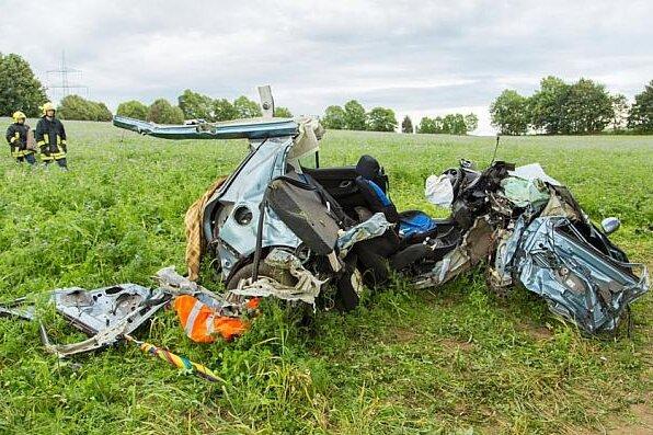 Schwerer Verkehrsunfall auf der B101: Fahrer überlebt schwer verletzt