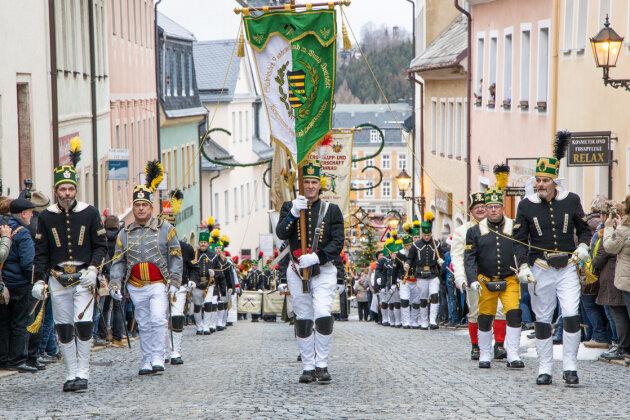 Etwa 1100 Trachtenträger präsentierten bei der Parade bergmännisches Brauchtum.
