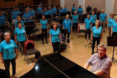Erste Probe nach langer Zeit: Der Frauenchor Reichenbach unter Leitung von Nico Nebe im Großen Saal des Neuberinhauses.