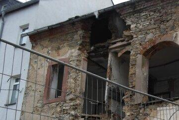 Im Hinterhof wird ersichtlich, in welchem desolaten Zustand das Gebäude an der Dresdener Straße 29 in Geringswalde ist. Es wird nun abgerissen, aber die Fassade bleibt erhalten.