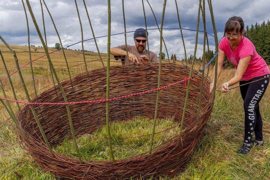 Die ersten Kunstwerke für das zehnte Land-Art-Festival am Wochenende in Königsmühle entstehen bereits. Eins von ihnen gestalten Ondrej Koudelka und Jana Koudelkova.