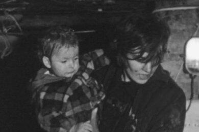 Diese Szene aus einem NBC-Dokumentarfilm zeigt die Mutter Anita Möller mit ihrer Tochter auf dem Arm.