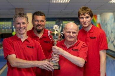 Jens Petzold, Michael Stellmaszyk, Uwe Stagge und Philipp Harzendorf (v. l.) haben erstmals den Bezirkspokal nach Rochlitz geholt.