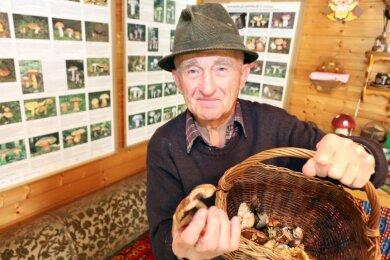 Pilzberater Jochem Schaller ist fast täglich im Wald hinter seinem Haus in Hetzdorf (Halsbrücke) unterwegs. Der 84-Jährige geht schon seit seiner Kindheit regelmäßig Pilze sammeln. In seiner Laube berät er Interessierte und stellt sicher, dass sie nicht versehentlich Giftpilze mitnehmen.