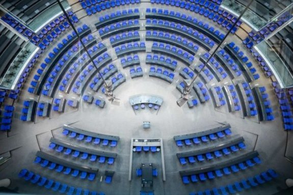 Blick in den Plenarsaal des Deutschen Bundestags mit der neuen Sitzanordnung für die 20. Legislaturperiode.