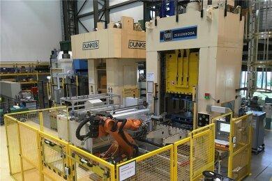 Der Versuchsstand zum Presshärten mit dem die Forscher des Fraunhofer-Instituts für Werkzeugmaschinen und Umformtechnik die Vorteile der Künstlichen Intelligenz in der Produktion demonstrieren können.