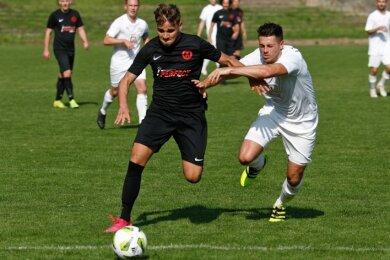 Danilo Braungardt (l.) und der Meeraner SV waren ihren Kontrahenten in der Landesklasse bisher immer einen Schritt voraus.