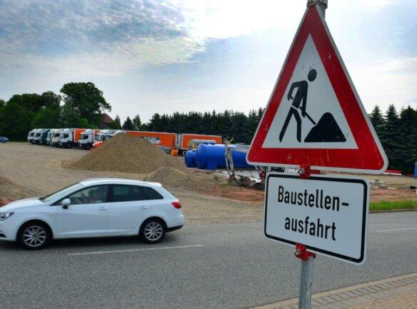 Im Industriegebiet Dittersbach wird gebaut. Laut Stadtverwaltung Frankenberg hat das Unternehmen Reifen-Franz eine Genehmigung dafür. Nachbar Amazon darf noch nicht loslegen. Die Genehmigung steht aus.