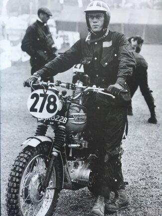Steve McQueen mit seiner Triumph TR6 mit Startnummer 278 bei den Sixdays in Erfurt.
