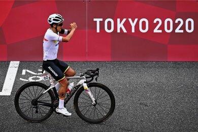 Am Ziel aller Träume: Bauernsohn Richard Carapaz fährt beim olympischen Straßenrennen, das viele Zuschauer an der Strecke verfolgten.