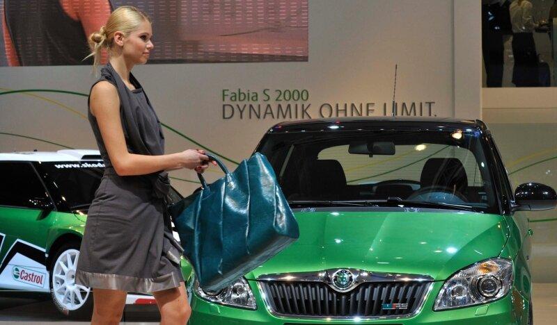"""<p class=""""artikelinhalt"""">Selbstbewusst, farbenfroh, sexy: Am Messestand von Skoda haben nicht nur Fahrzeuge ihren großen Auftritt. Regelmäßig gehen Modenschauen über die Bühne.</p>"""