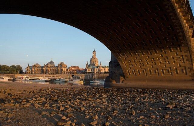 Die Elbe in Dresden: So trocken, dass die Ausflugsschiffe oft nicht fahren können.