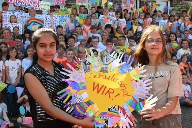 Hosna Faizi (links) und Lea Bauer zeigen ein Ergebnis der Aktion an der Grundschule Aue-Zelle.