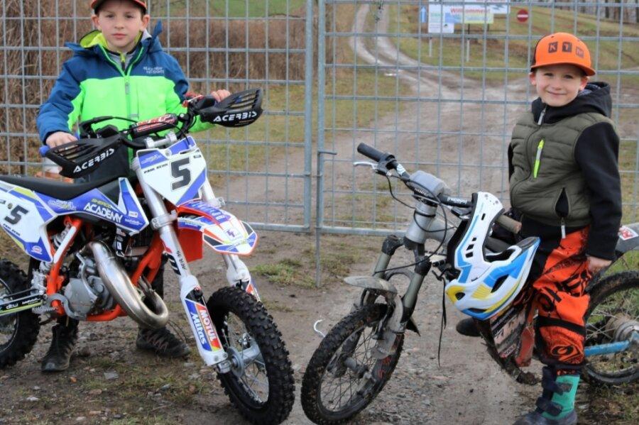 Müssen weiterhin vor dem verschlossenen Tor des Motorsportgeländes im Vogeltal in Flöha stehen: Paul Kehr (links) und Till Ebert, zwei Talente des MC Flöha.
